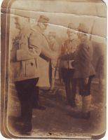 Generalul Berthelot decorează pe frontul din Moldova pe giurgiuveanul Anghel N. Omete (achiziție, nr. inv. 5113F).